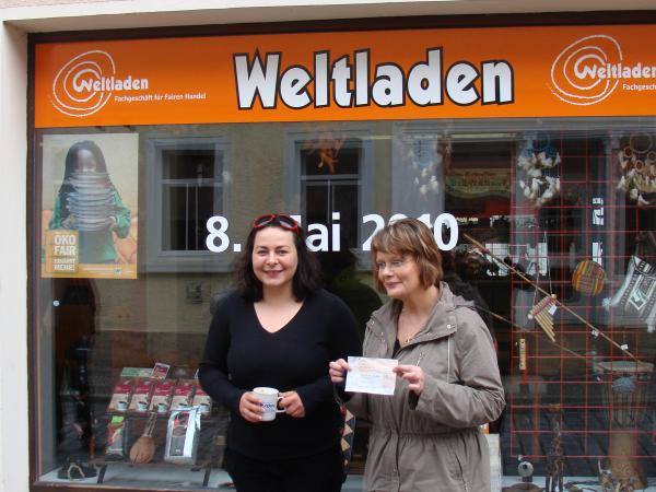 Koenig ueberreicht Weltladen in Bad Blankenburg Scheck