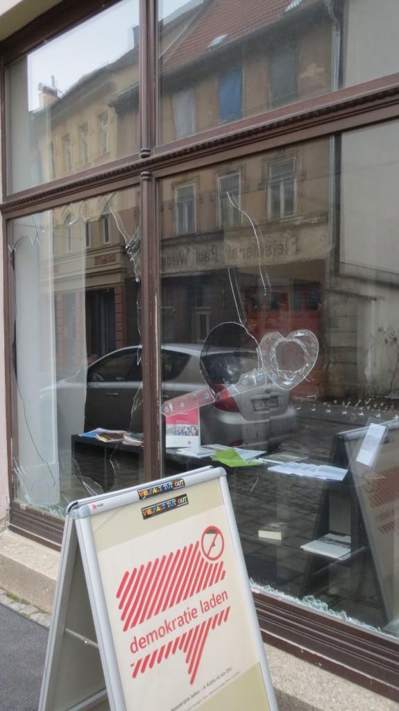 eingeworfene Schaufenster Demokratieladen