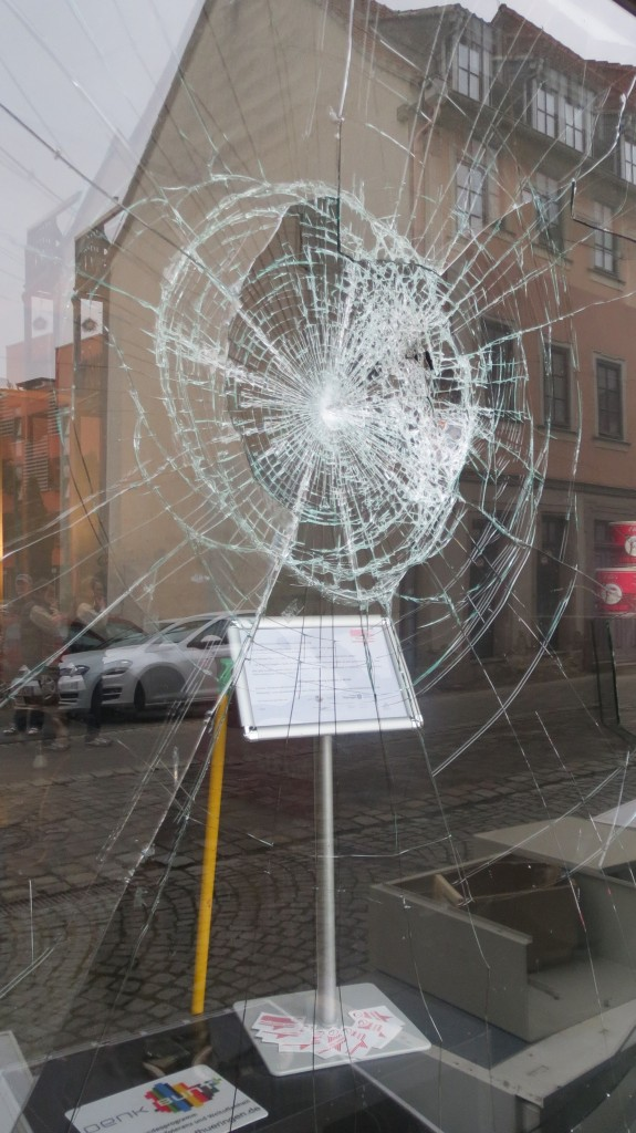 beschädigte Scheibe Demokratieladen