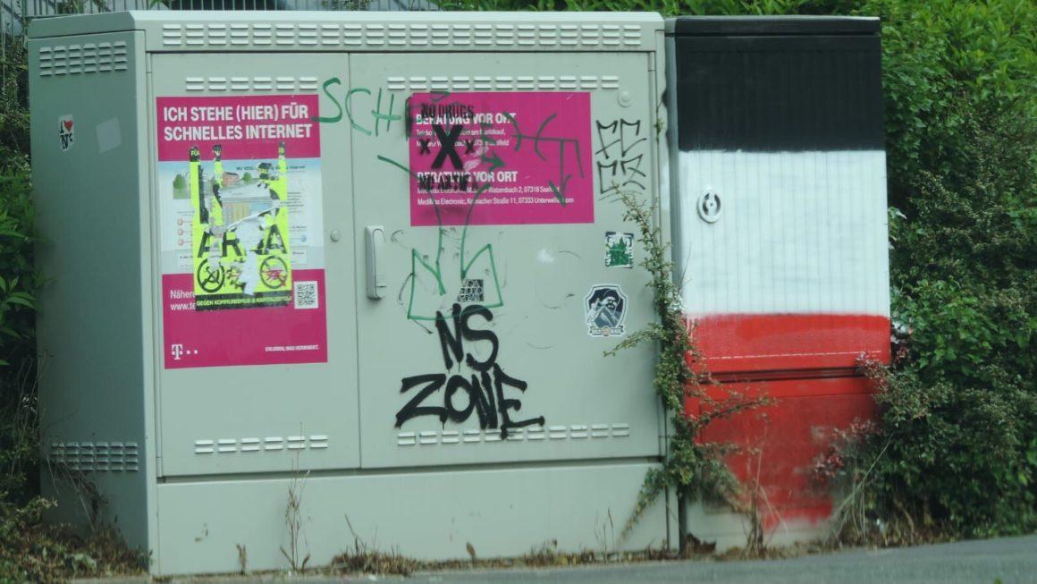 Pressemitteilung: Volksverhetzende Plakate abnehmen, NS-Verherrlichung beseitigen